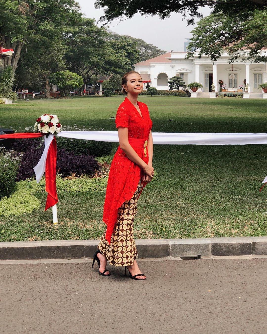 Model Baju Kebaya Warna Merah