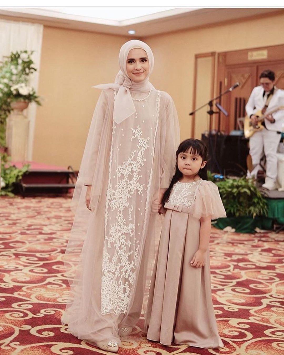 Model kebaya muslim brokat couple anak