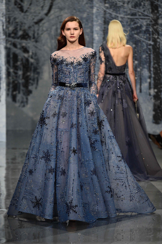 Aksen snow flakes pada gaun model kebaya