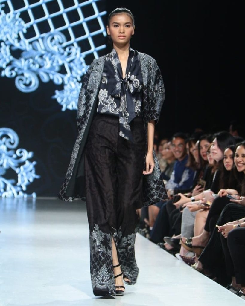 Baju batik gaun dengan belahan pendek