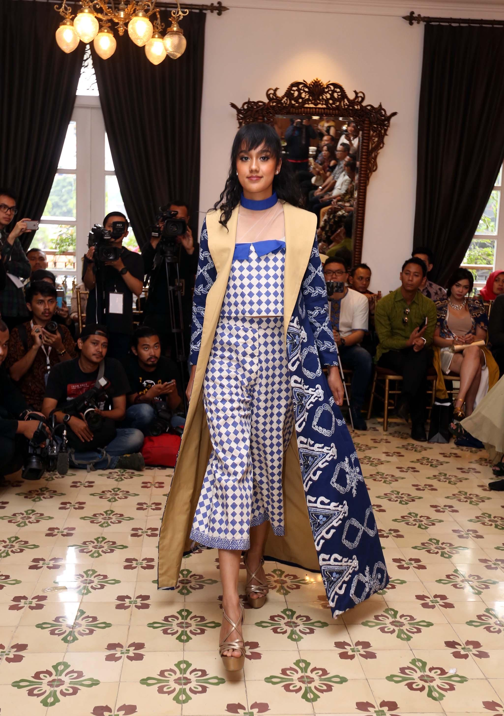 Baju batik kombinasi berbentuk jubbah