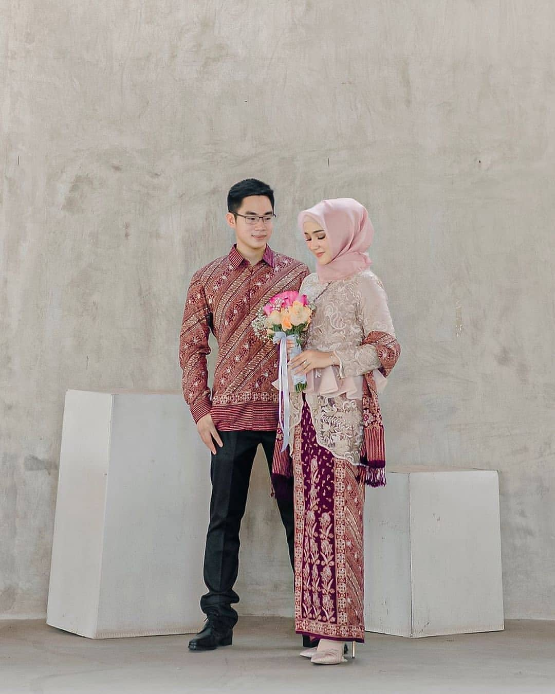 60 Model Baju Batik Kombinasi Gamis Polos Dan Brokat Bergaya