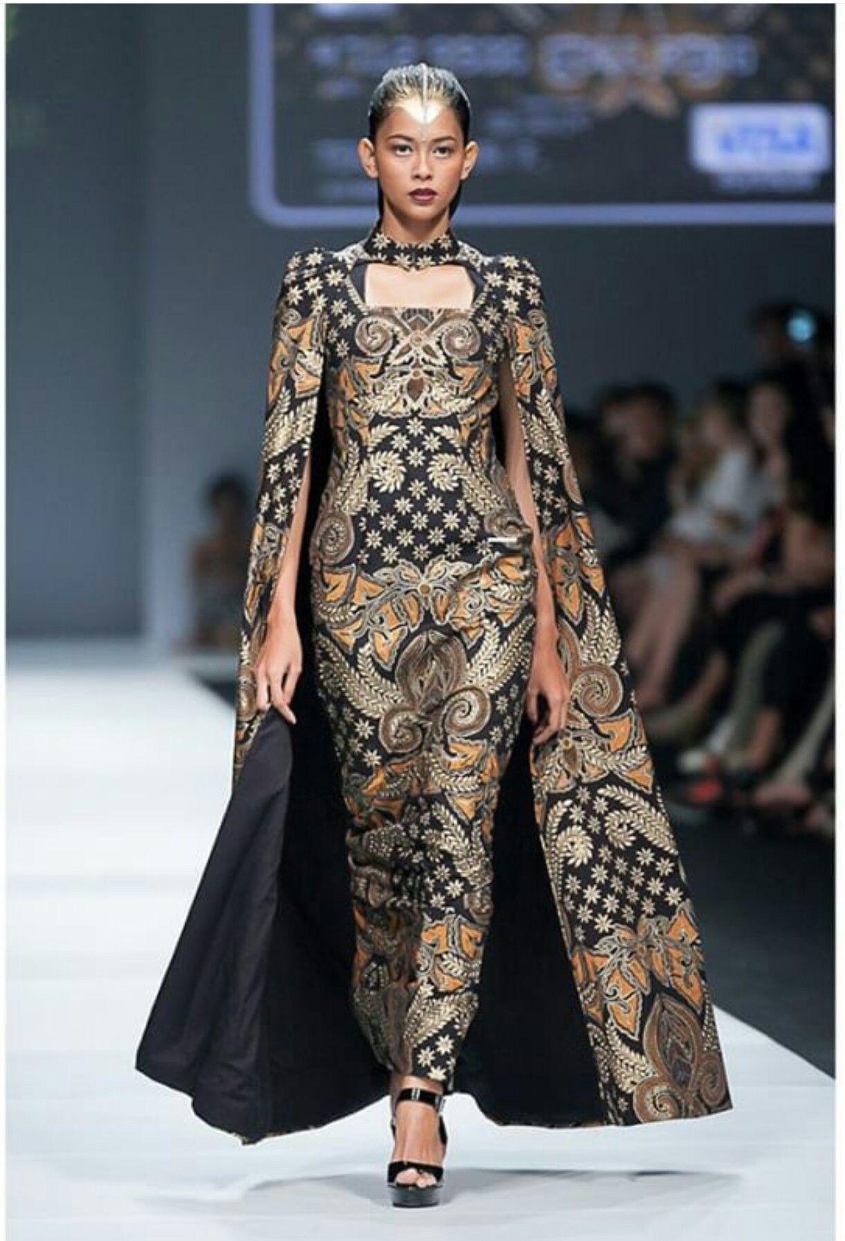 Gaun batik dengan cape