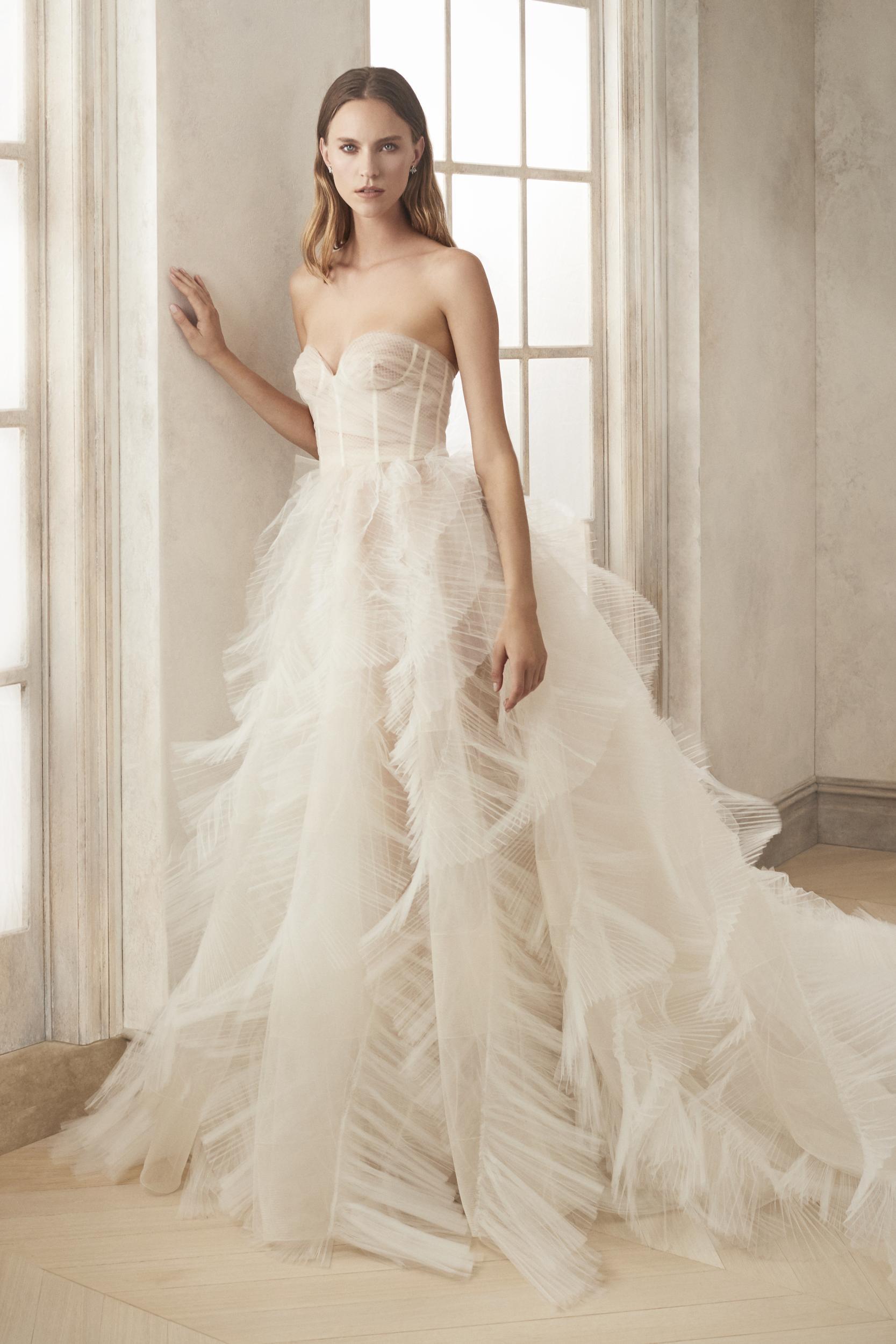 Gaun panjang berkonsep bulu angsa