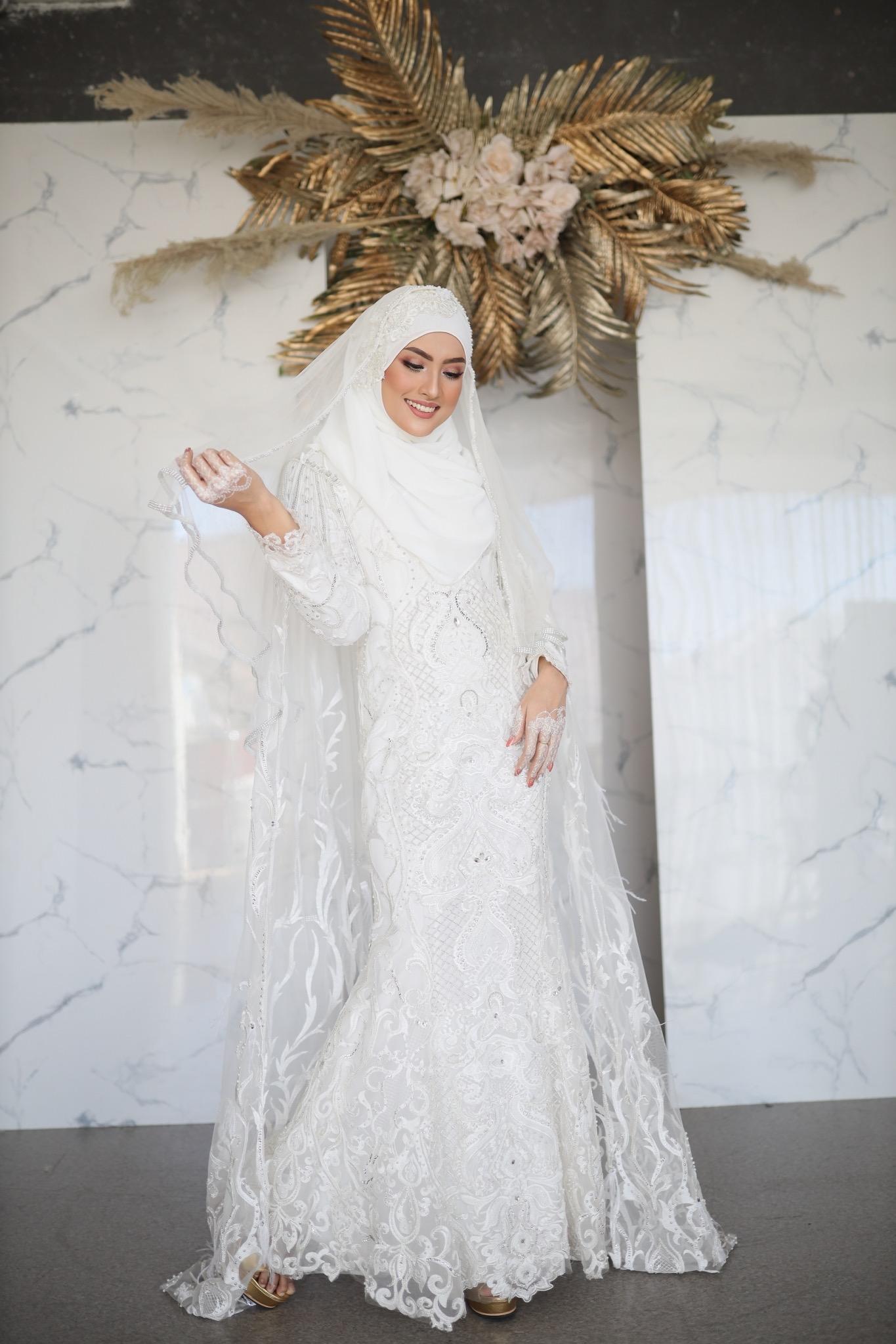 Gaun pengantin muslimah dengan kain tile