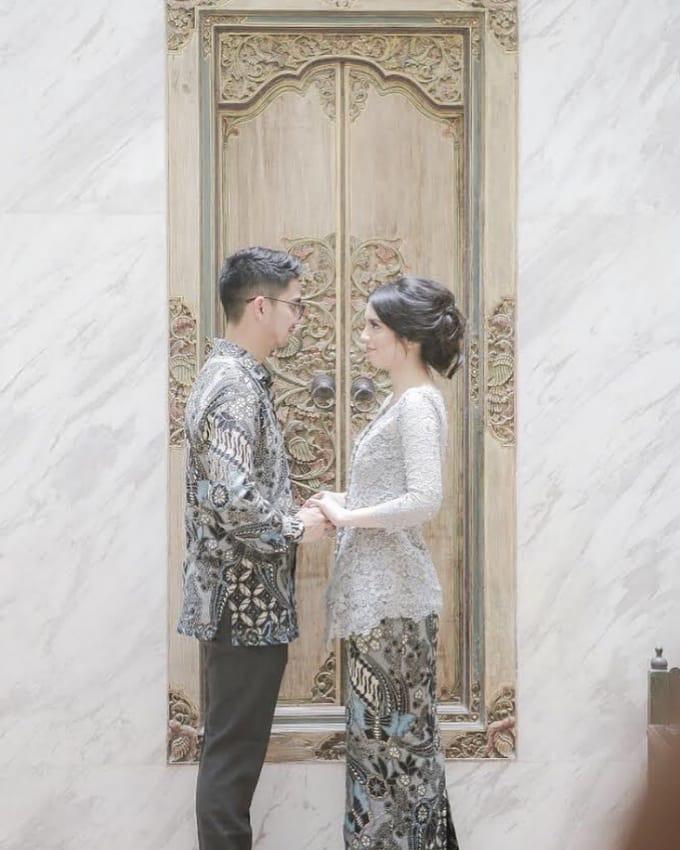 Model Batik Couple Tunangan