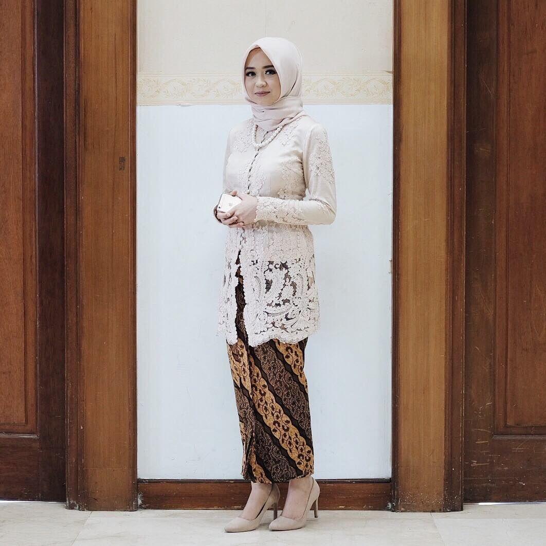 Model Kebaya Batik Embos