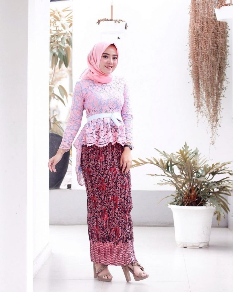 Model Kebaya Brokat Modifikasi Batik