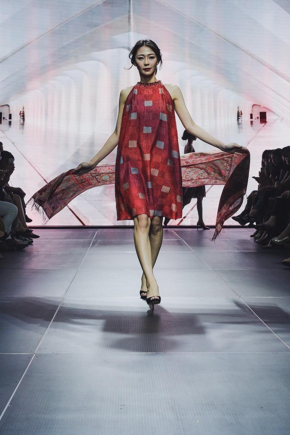 Model baju batik dengan selendang