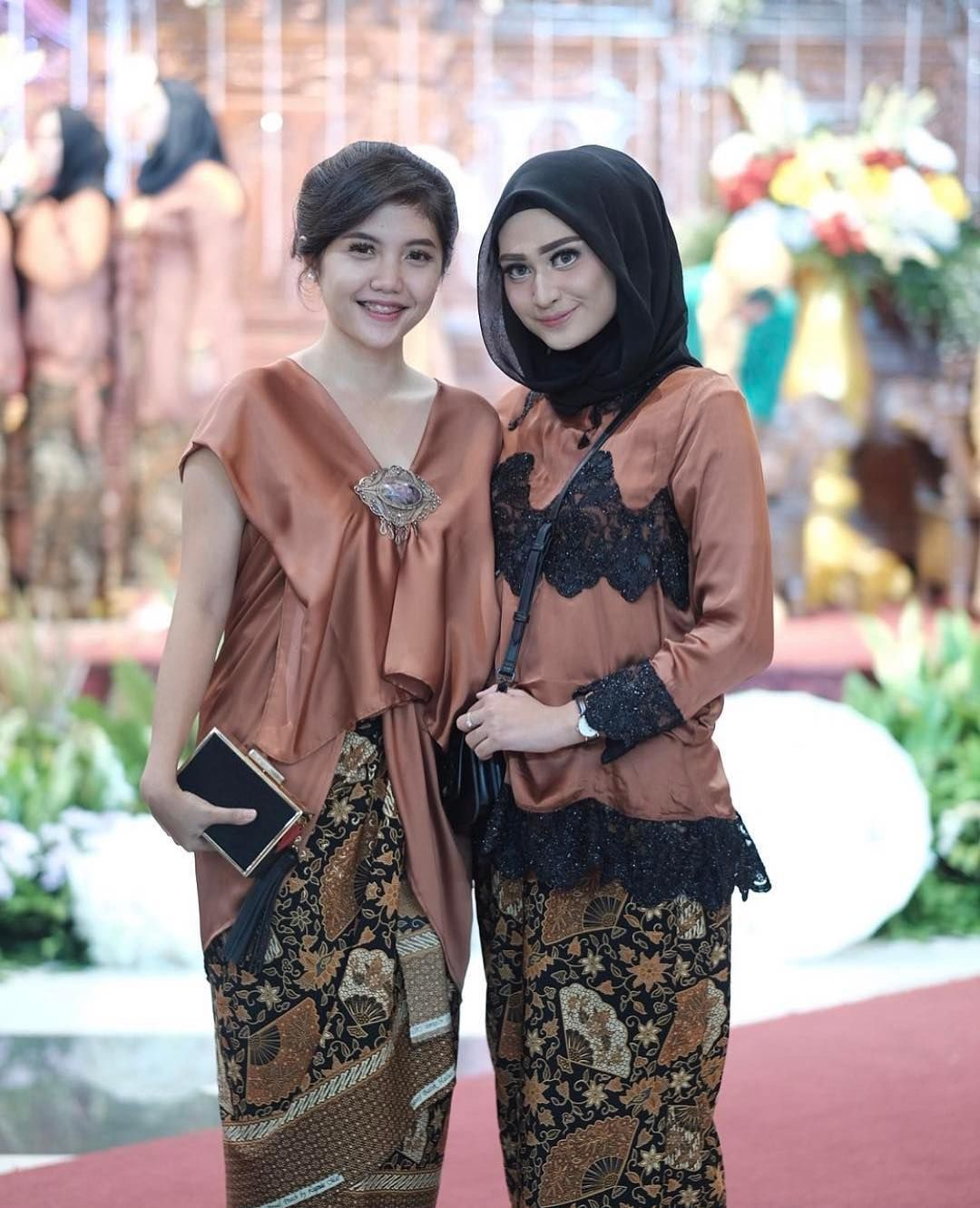 Model baju batik kombinasi aksesoris