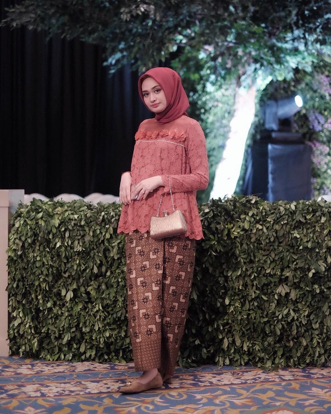 Model baju batik kombinasi brokat
