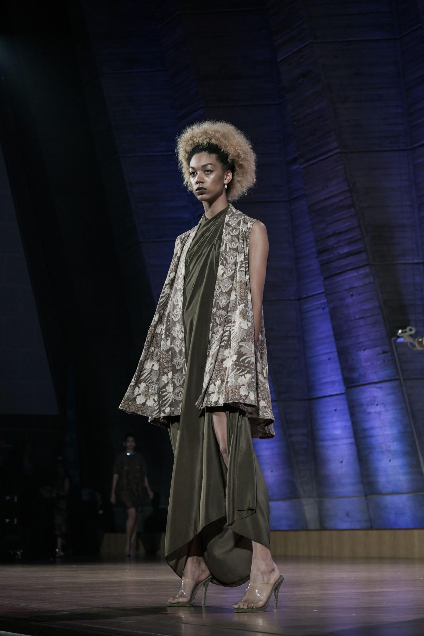 Model baju batik kombinasi gaun polos
