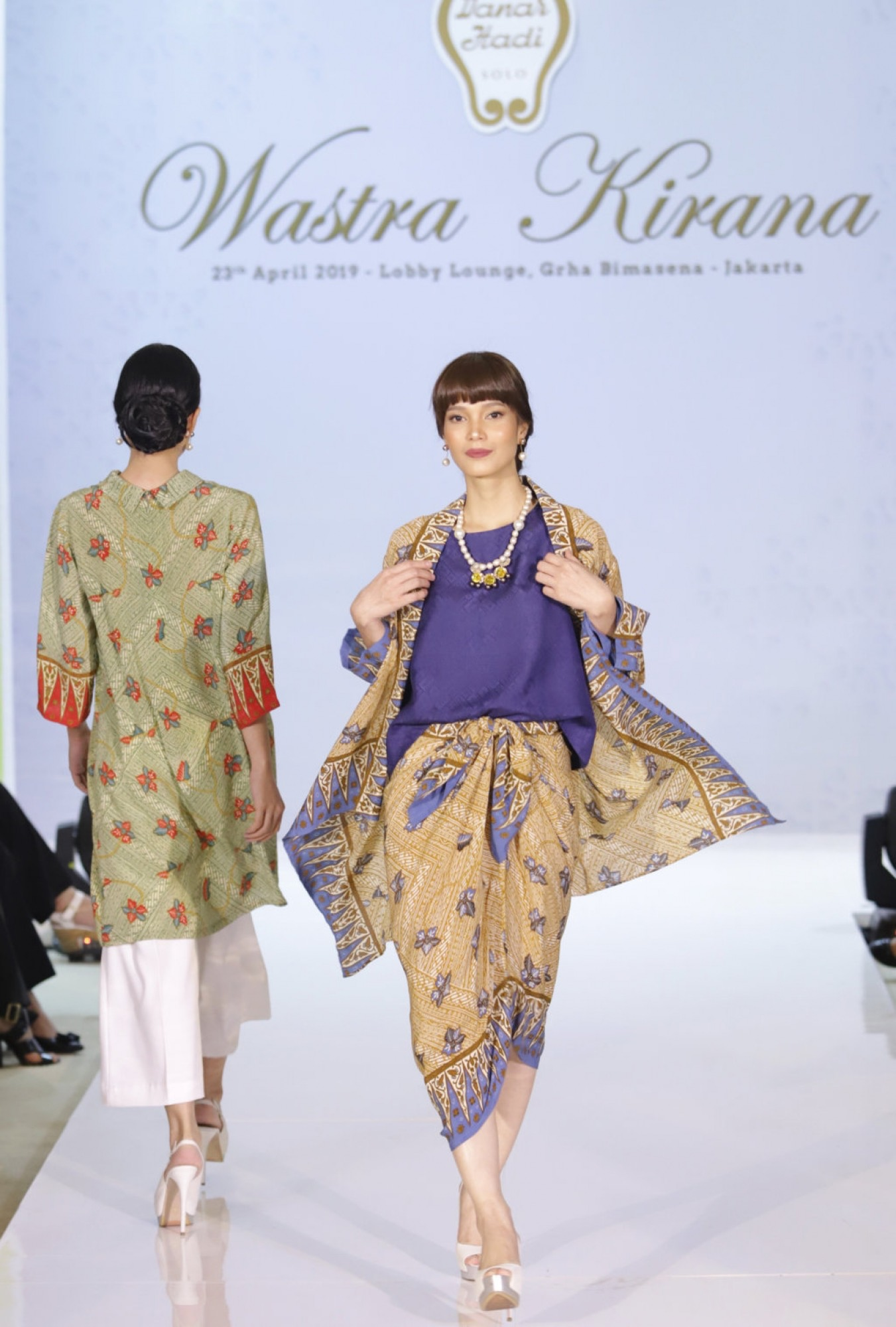 Model baju batik atasan kombinasi polos terbaru