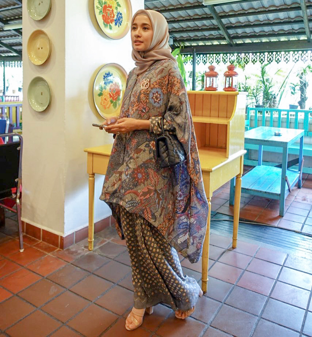 Model baju batik muslim untuk acara keluarga
