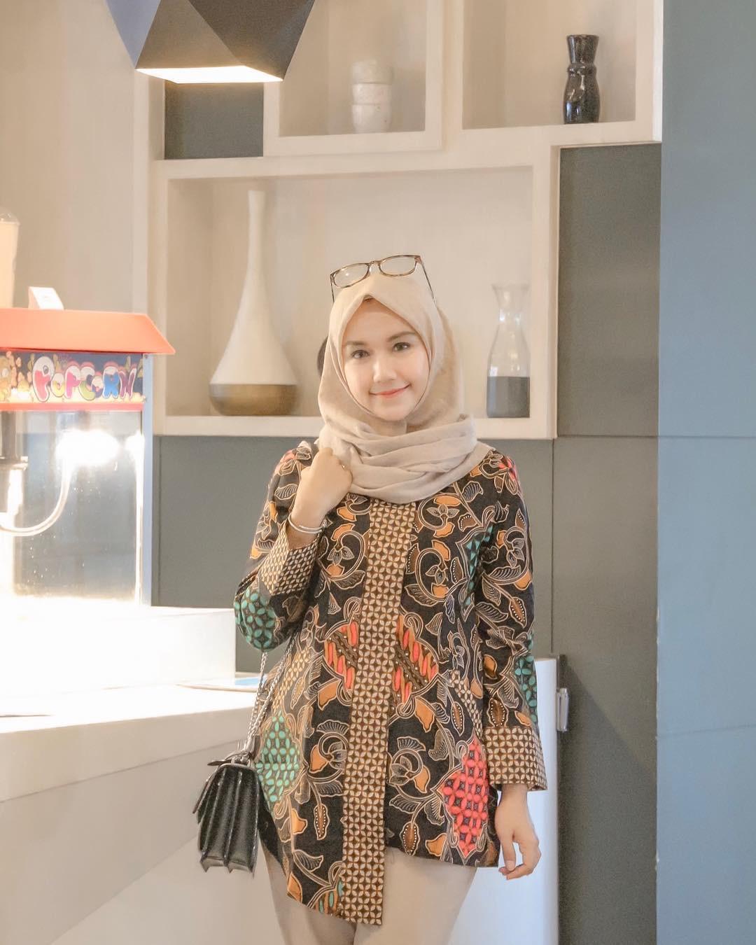 Model batik muslim untuk jalan-jalan