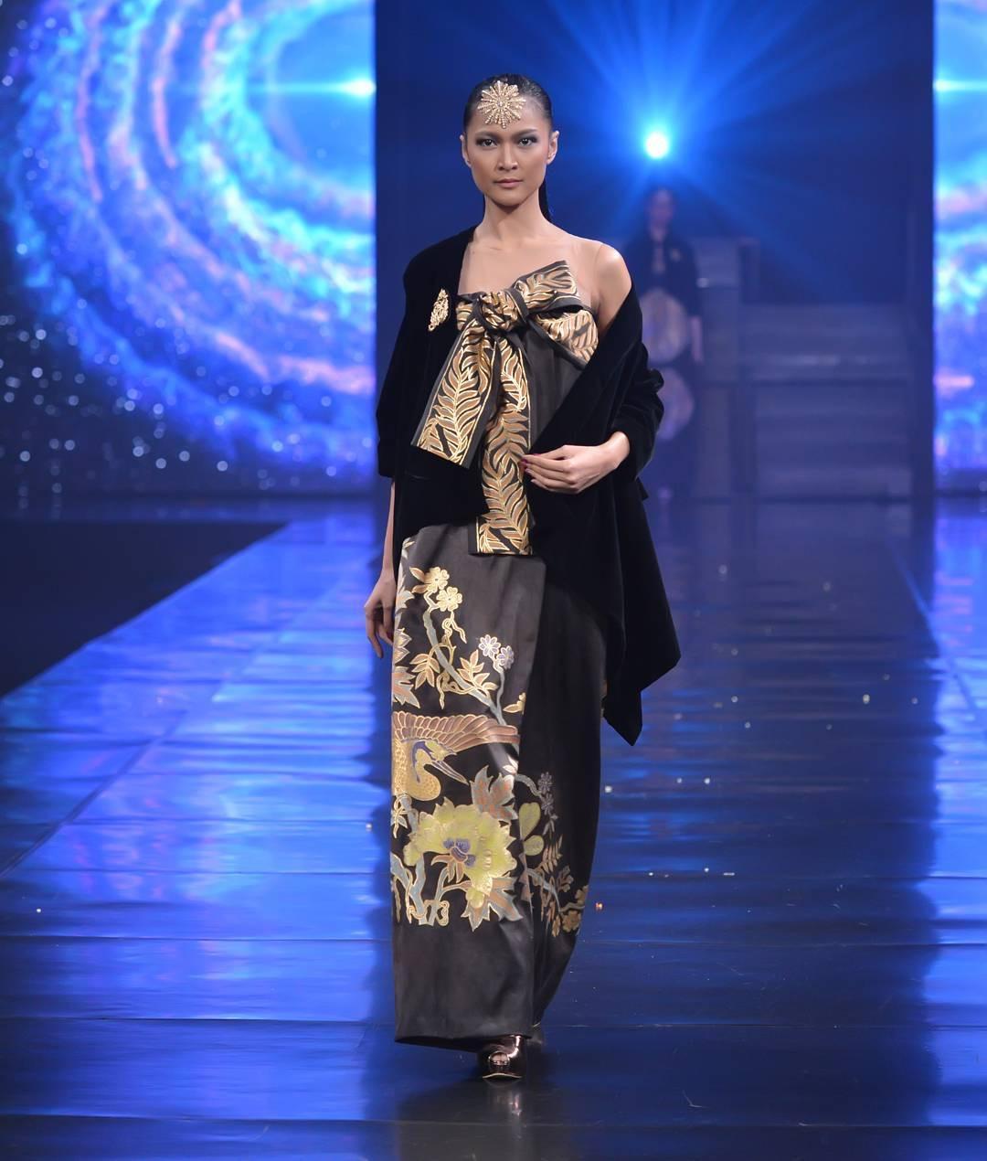 gaun batik dengan bolero polos