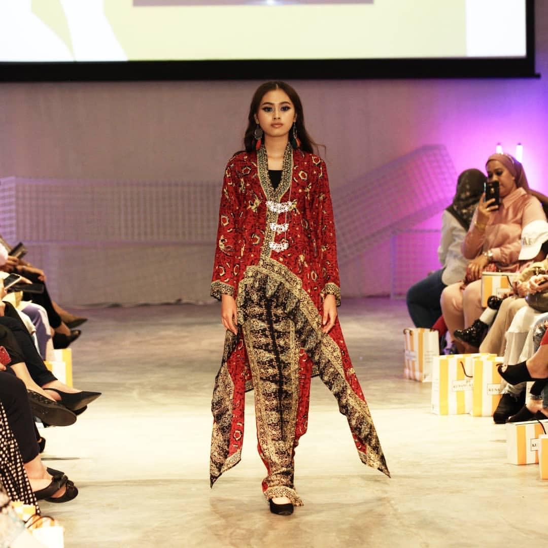 model baju batik atasan semi tradisional modern
