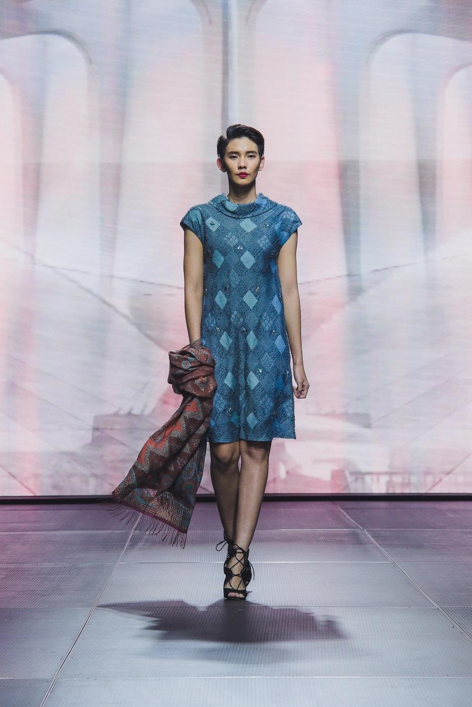 model gaun batik berkerah disertai scraft
