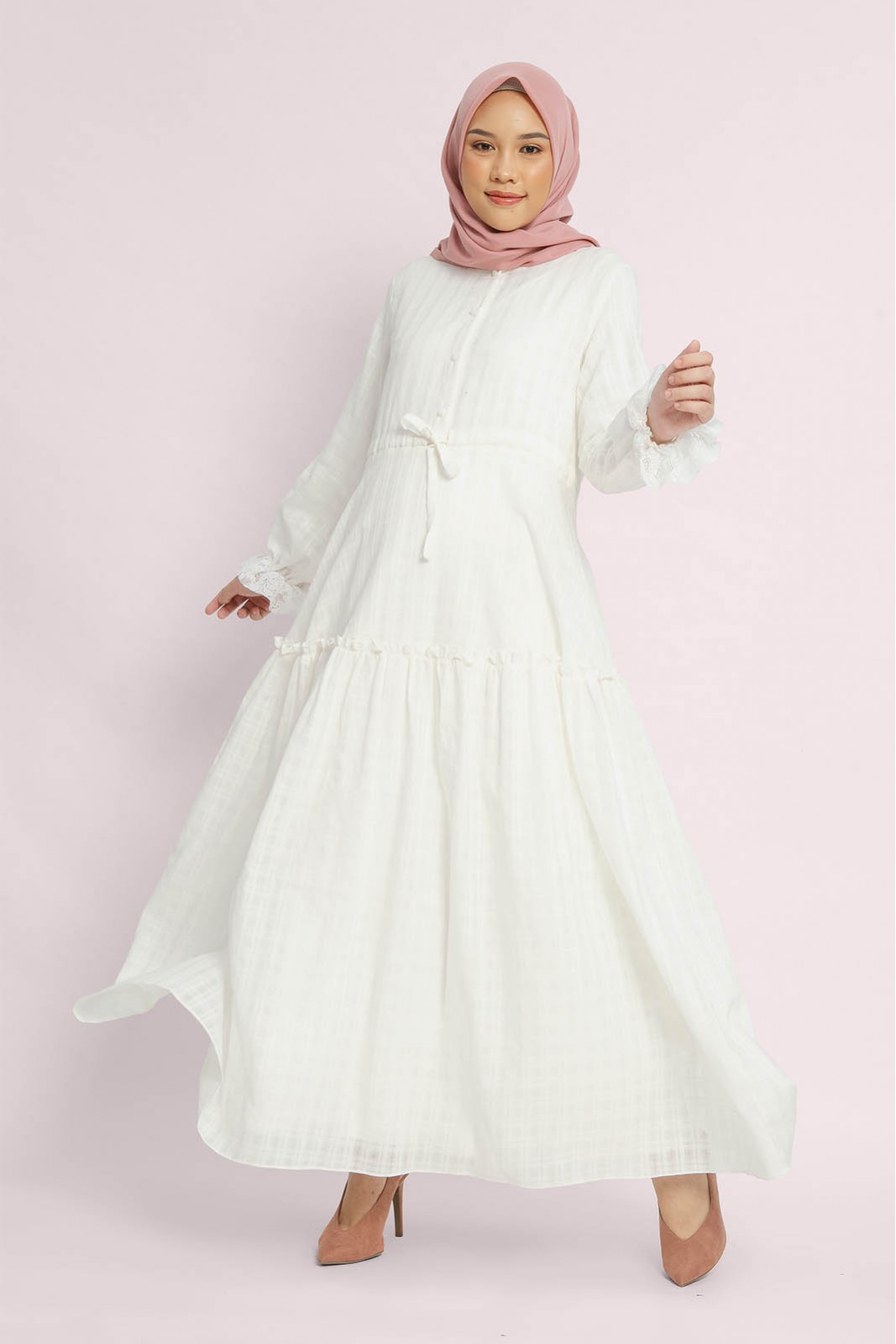 Gamis Katun Putih dengan Motif Sederhana