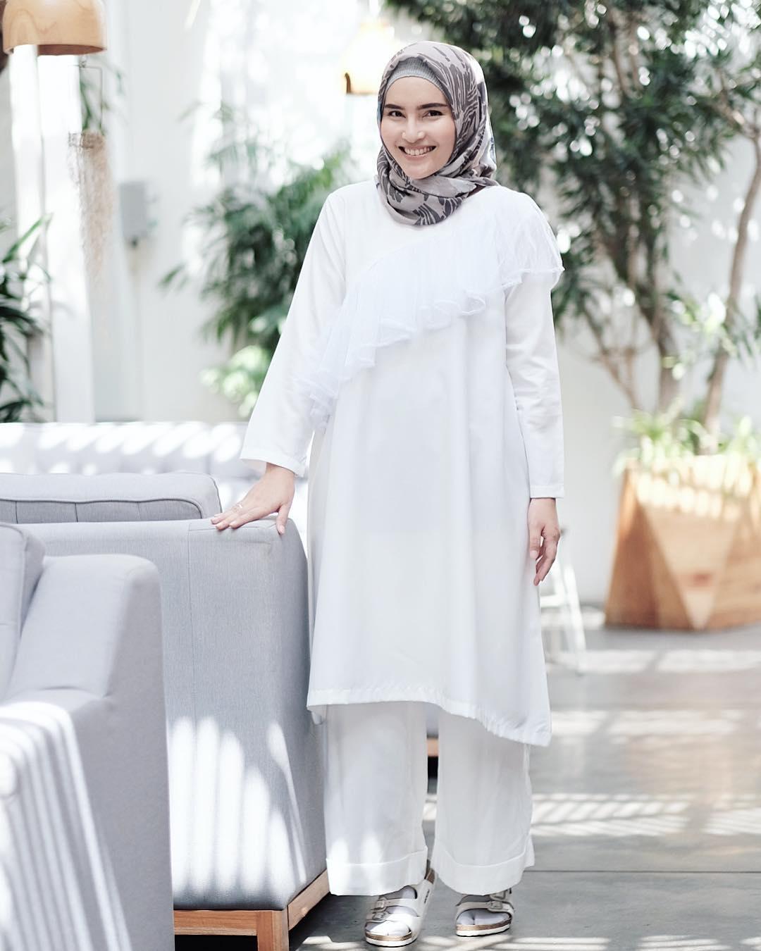 Gamis Putih Berenda dengan Celana