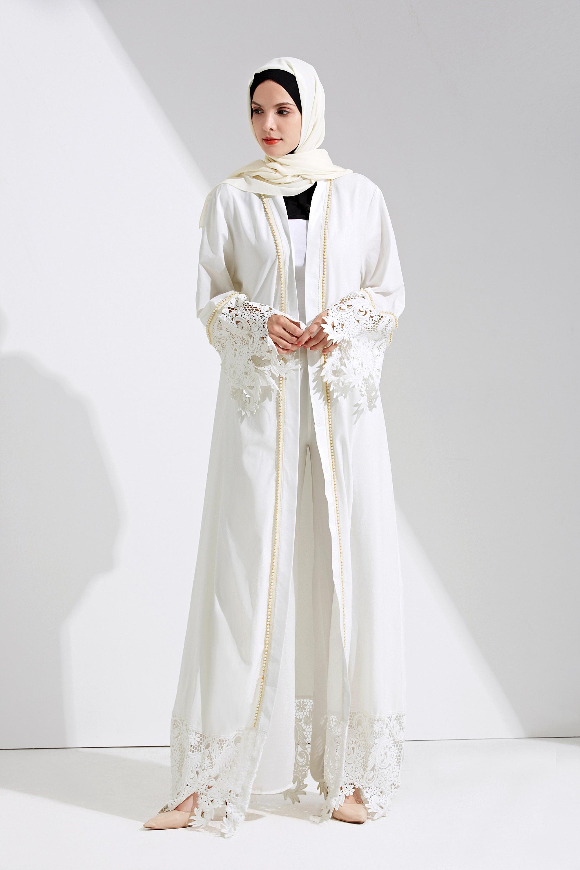 Gamis Putih Unik dengan Kedua Lengan Berenda