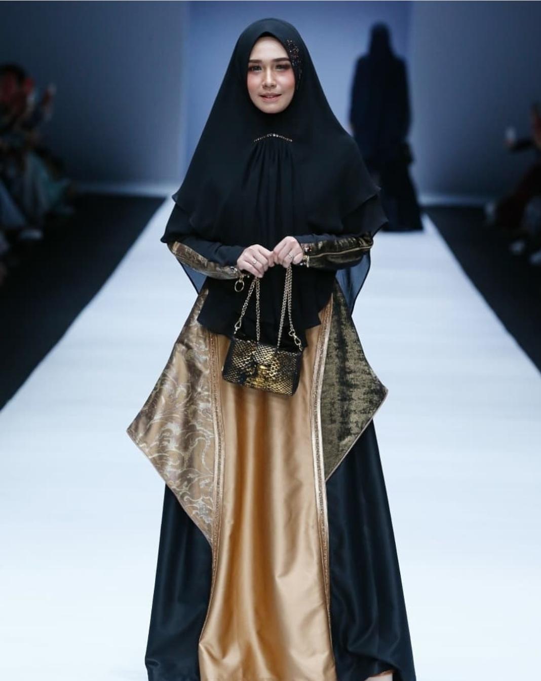 Gamis Syar'i Hitam dengan Gold