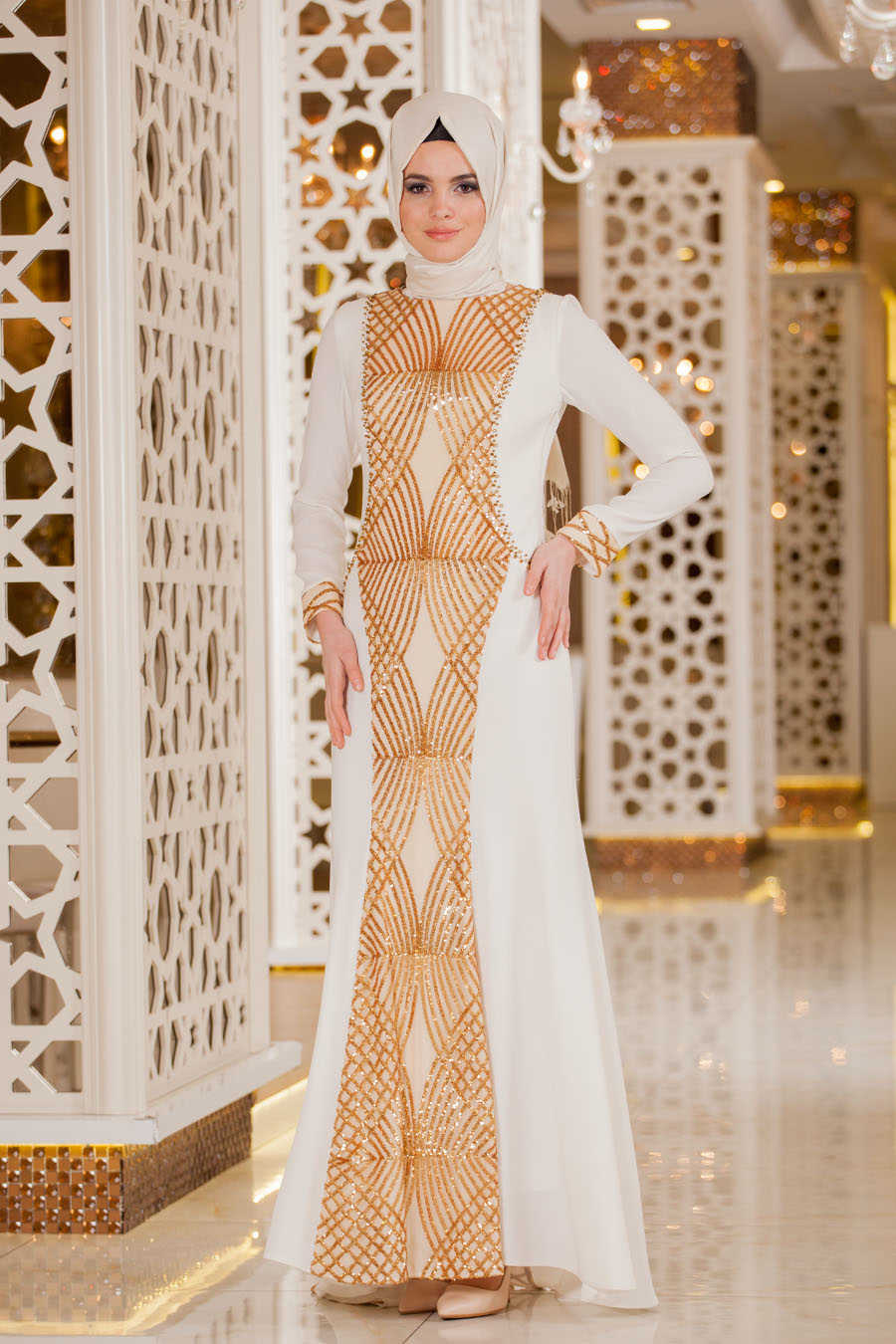 Gamis Warna Putih dengan Motif Garis Emas