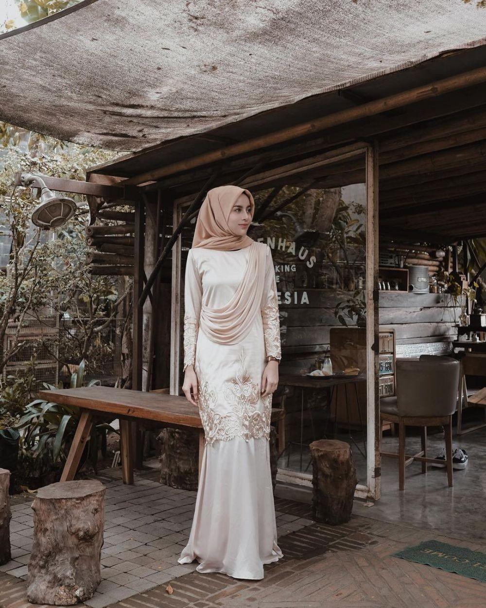 Model Gamis Putih dan Emas