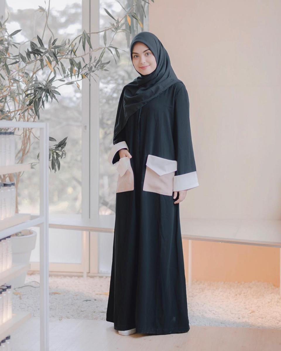 gamis hitam balotelli dengan gaya saku unik