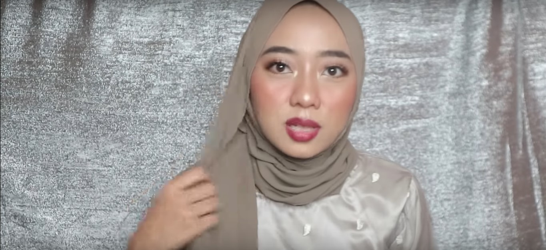 Tutorial Hijab Wisuda Segi Empat Dua Warna