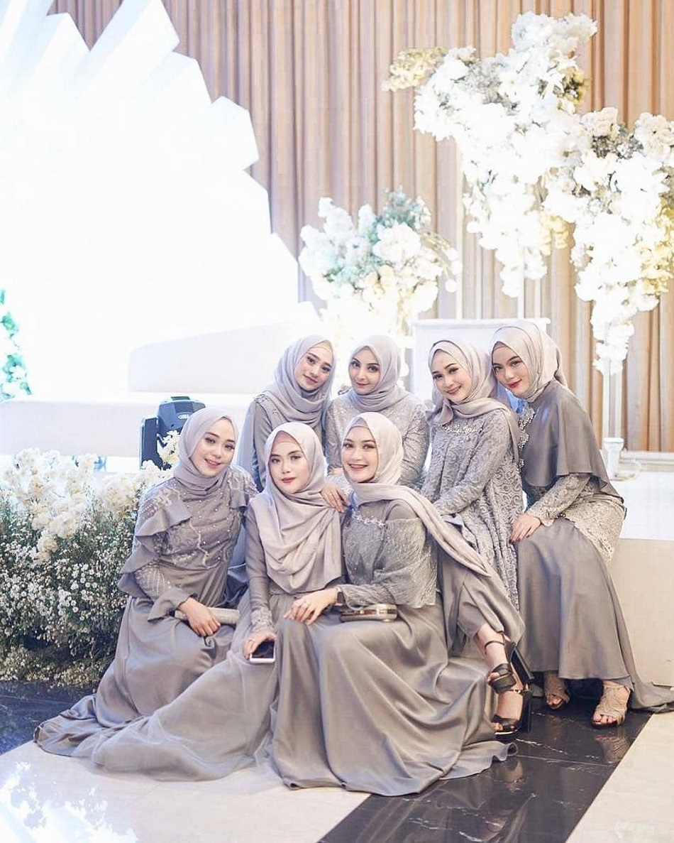 Baju Bridesmaid Brokat Abu-abu
