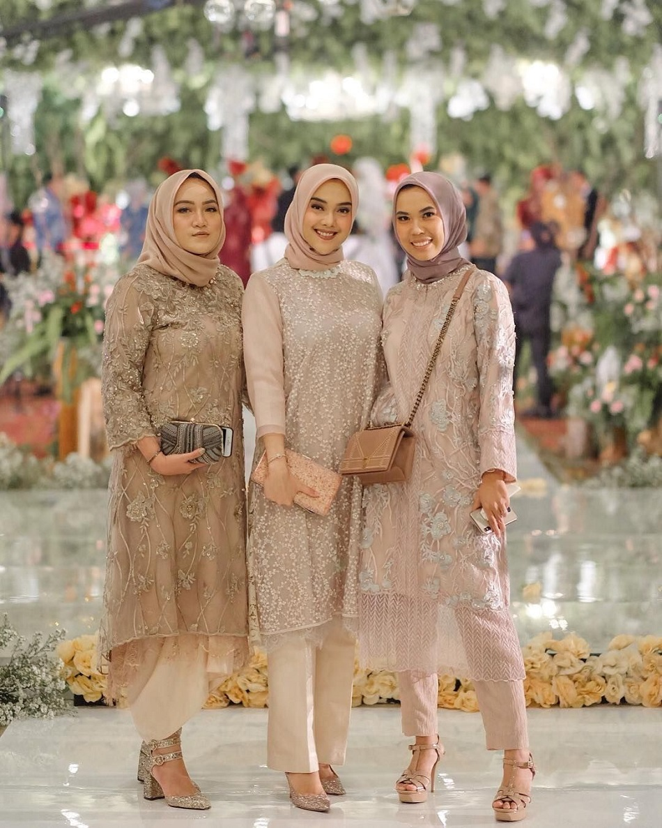 Baju Bridesmaid Hijab dengan Celana Panjang