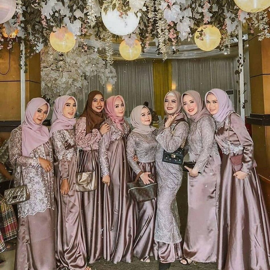 Gaun Bridesmaid Hijab Kombinasi Satin