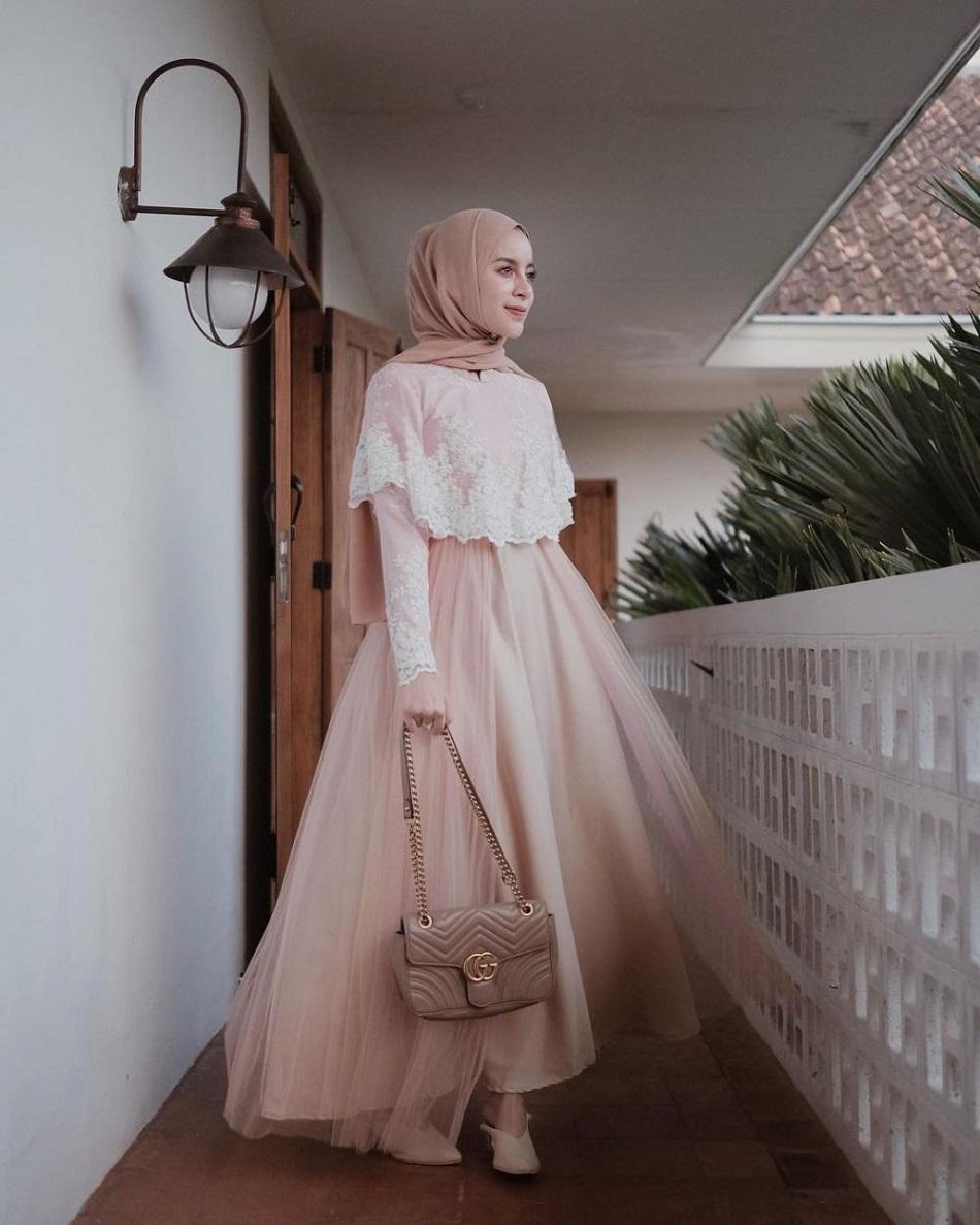 Gaun Bridesmaid Hijab dengan Bawahan Tulle