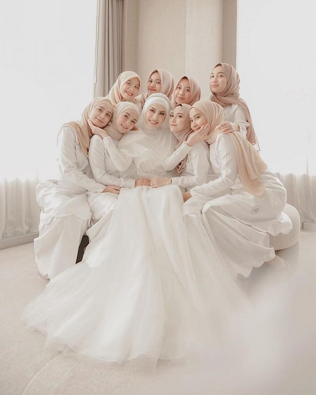 Gaun Bridesmaid Putih Polos