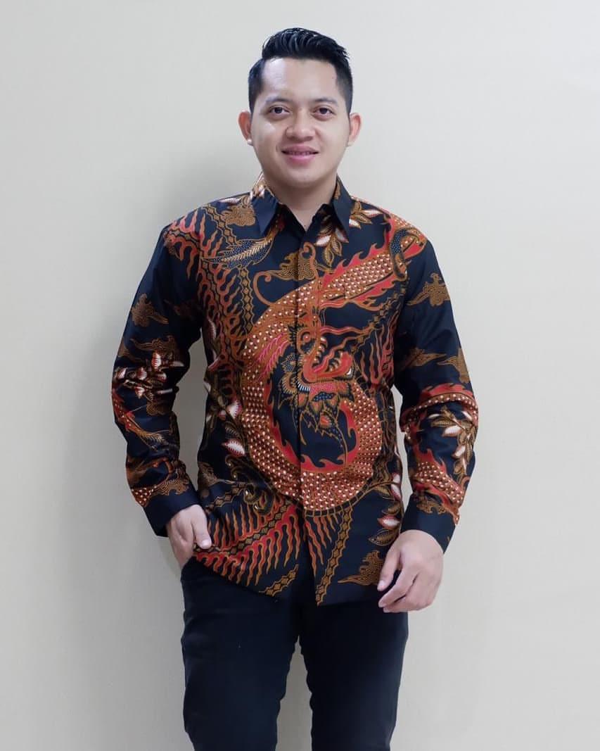 Kemeja batik motif parang naga hitam merah