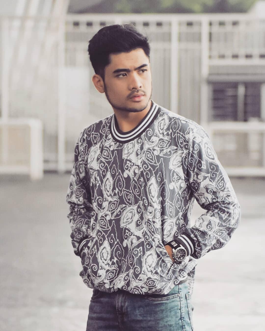 Sweater Batik Motif Mega Mendung