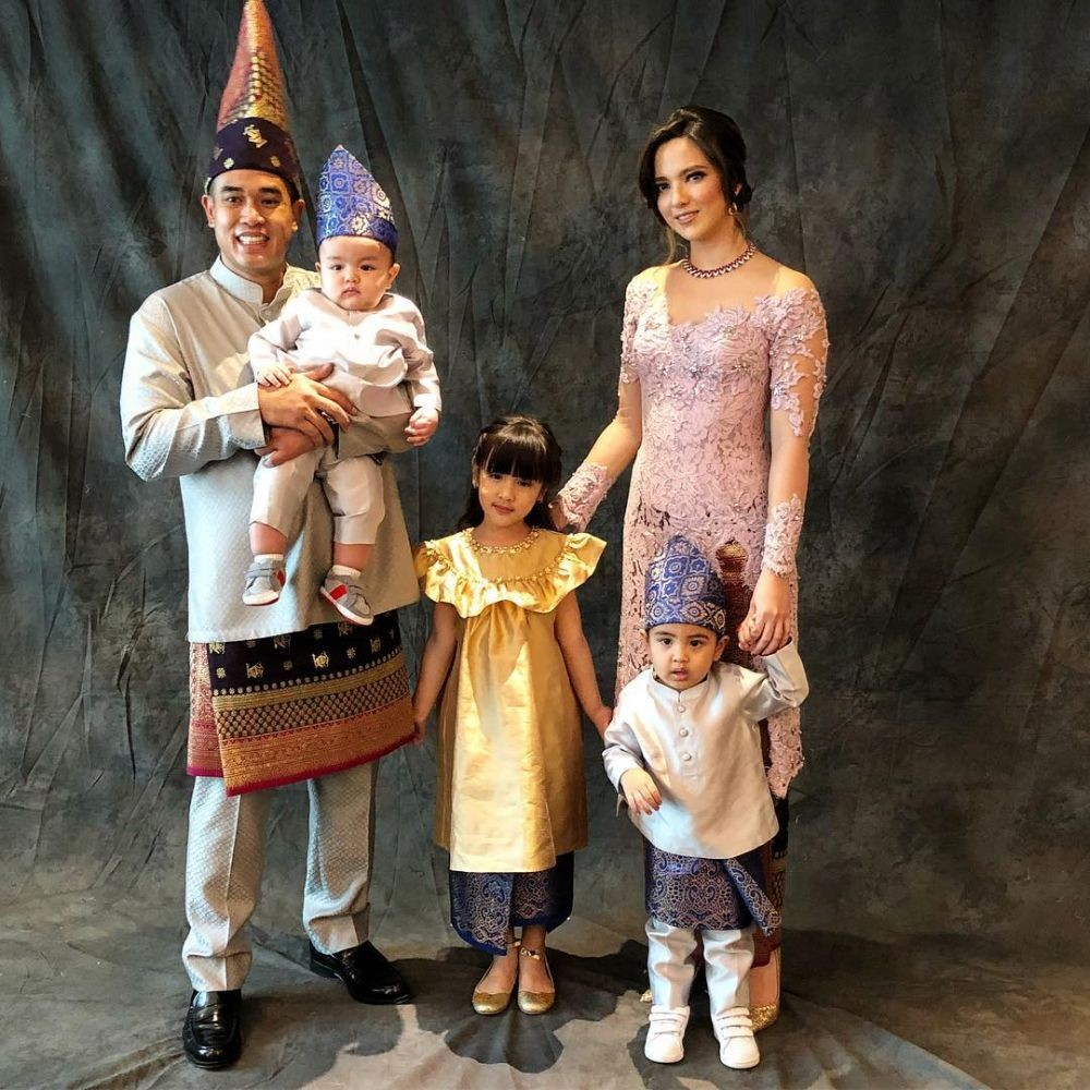 model baju brokat keluarga