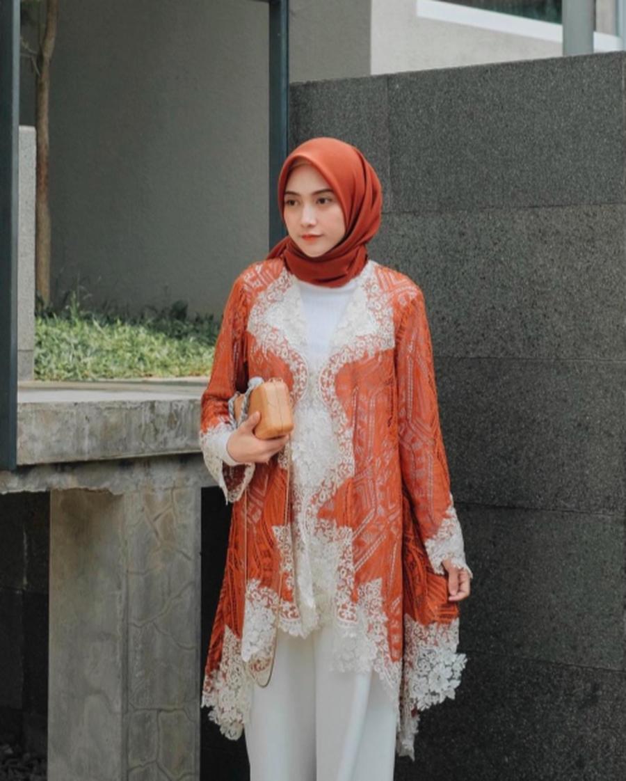 model baju outer brokat