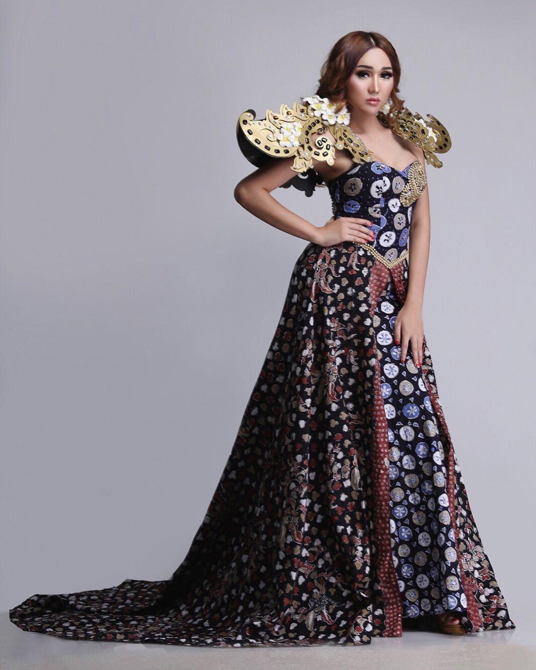 Gaun Batik Cirebon dengan Ekor