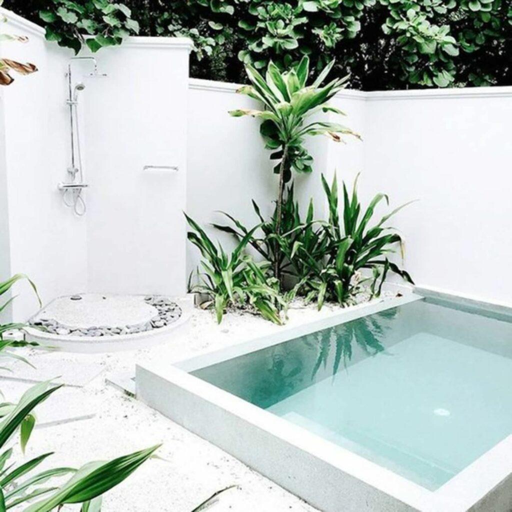 Kolam renang mini dengan tempat bilas