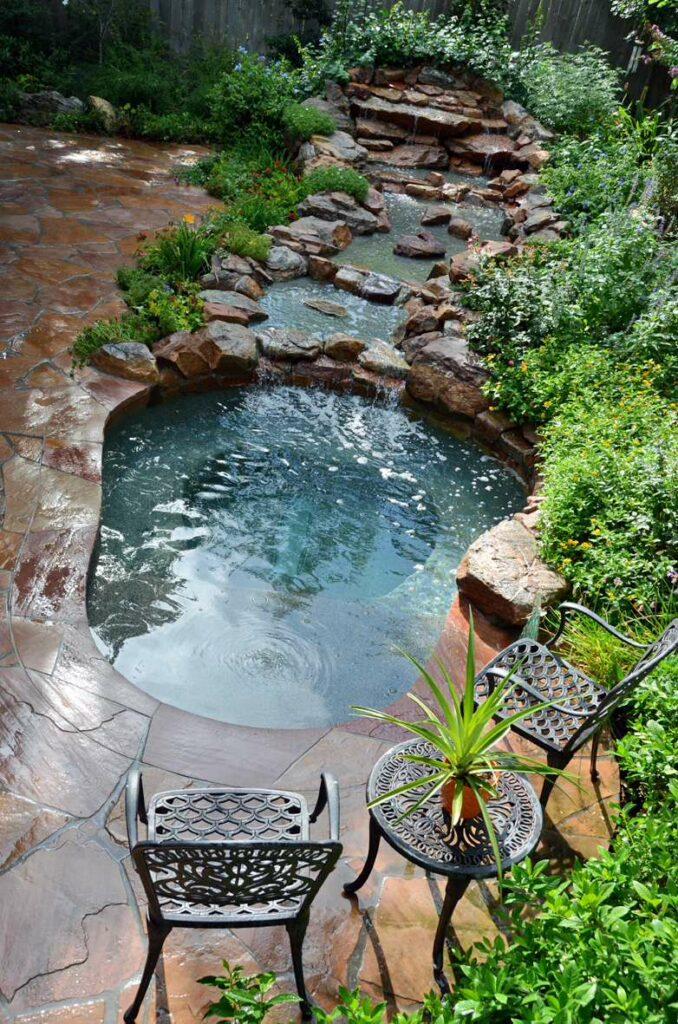 Kolam renang pinggiran batu